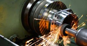 Λήξη του μετάλλου που λειτουργεί στην αλέθοντας μηχανή υψηλής ακρίβειας στο εργαστήριο στοκ εικόνες