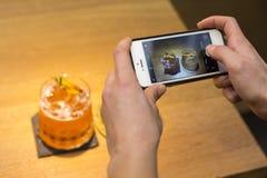 Λήψη μιας εικόνας δύο κοκτέιλ με μια κινητή συσκευή στοκ φωτογραφία
