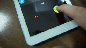 Λήψη μιας εισερχόμενης κλήσης στην έξυπνη τηλεφωνική κινηματογράφηση σε πρώτο πλάνο φιλμ μικρού μήκους
