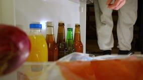 Λήψη μιας μπύρας από το ψυγείο απόθεμα βίντεο
