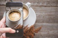 Λήψη μιας φωτογραφίας από το δάχτυλο που πιέζει σε Smartphone για τη φωτογραφία Γ Στοκ Φωτογραφίες