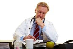 λήψη σημειώσεων γιατρών γρ&a Στοκ φωτογραφίες με δικαίωμα ελεύθερης χρήσης