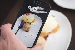 Λήψη της εικόνας των τροφίμων με το τηλέφωνο στοκ φωτογραφίες