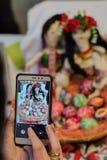 Λήψη της εικόνας των χρωματισμένων αυγών Πάσχας με τις παραδοσιακές κούκλες Στοκ φωτογραφία με δικαίωμα ελεύθερης χρήσης