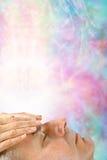 Λήψη της θεραπεύοντας ενέργειας μέσω του chakra κορωνών Στοκ Φωτογραφία