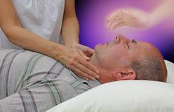 Λήψη της πνευματικής βοήθειας κατά τη διάρκεια μιας θεραπεύοντας συνόδου Στοκ εικόνες με δικαίωμα ελεύθερης χρήσης