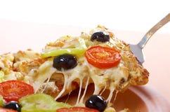 Λήψη της φέτας της πίτσας, λειωμένο στάλαγμα τυριών στοκ εικόνα με δικαίωμα ελεύθερης χρήσης