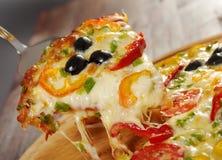 Λήψη της φέτας της πίτσας, λειωμένο στάλαγμα τυριών στοκ φωτογραφίες με δικαίωμα ελεύθερης χρήσης