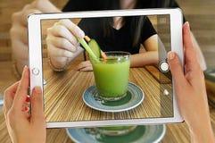 Λήψη της φωτογραφίας που χρησιμοποιεί την ταμπλέτα Ipad Στοκ φωτογραφίες με δικαίωμα ελεύθερης χρήσης
