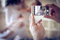 Λήψη της φωτογραφίας του αγαπητού μικρού κοριτσιού μου και της καλής συζύγου μου Εστίαση ο Στοκ φωτογραφία με δικαίωμα ελεύθερης χρήσης