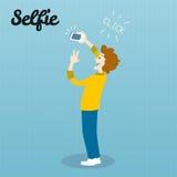 Λήψη της φωτογραφίας Selfie στην έξυπνη τηλεφωνική έννοια στο μπλε υπόβαθρο ευτυχές απομονωμένο άτομο ανασκόπησης πέρα από τις νε Ελεύθερη απεικόνιση δικαιώματος