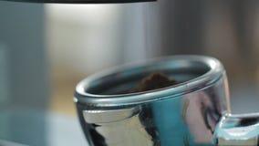 Λήψη του επίγειου καφέ από τους μύλους καφέ για τον καφέ στον καφέ απόθεμα βίντεο