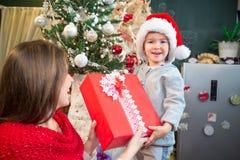 Λήψη του παρόντος στο πρωί Χριστουγέννων Στοκ Εικόνες