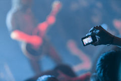 Λήψη των εικόνων σε μια συναυλία βράχου Στοκ εικόνα με δικαίωμα ελεύθερης χρήσης