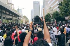 Λήψη των εικόνων στο πλήθος με μια κάμερα στοκ εικόνες