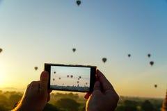 Λήψη των κινητών φωτογραφιών των μπαλονιών ζεστού αέρα σε Bagan Ενεργό ταξίδι στο Μιανμάρ Στοκ Εικόνες