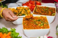 Λήψη των τροφίμων από τον μπουφέ Στοκ Φωτογραφία