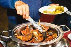 Λήψη των τροφίμων σε ένα πιάτο Στοκ Φωτογραφίες