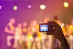 Λήψη των φωτογραφιών σε μια συναυλία στοκ φωτογραφίες με δικαίωμα ελεύθερης χρήσης