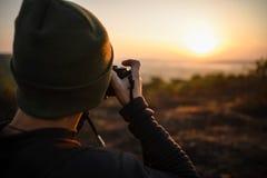 Λήψη φωτογράφων ταξιδιού πυροβολισμοί στην ανατολή Στοκ εικόνα με δικαίωμα ελεύθερης χρήσης