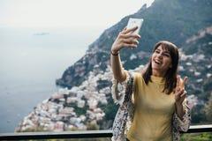 Λήψη selfie με την μπροστινή κάμερα smartphone Χαμογελώντας νέος ταξιδιώτης γυναικών που seaview σε Positano, Ιταλία Διακοπές στη στοκ εικόνες με δικαίωμα ελεύθερης χρήσης