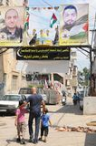 Λίβανος: Πατέρας και γιοι που περπατούν μέσω του παλαιστινιακού στρατόπεδου refugie στοκ φωτογραφία με δικαίωμα ελεύθερης χρήσης