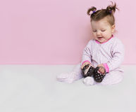 Λίγα ένα κορίτσι νηπίων κάθονται και παίζουν με τα παπούτσια παιδιών ` s Στοκ φωτογραφίες με δικαίωμα ελεύθερης χρήσης