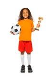 Λίγα αφρικανικά σφαίρα και βραβείο ποδοσφαίρου εκμετάλλευσης κοριτσιών Στοκ φωτογραφίες με δικαίωμα ελεύθερης χρήσης