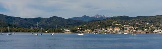 Λίγα βάρκες και σκάφη στον κόλπο της Έλβας κοντά στην ακτή της Ιταλίας Τοσκάνη Στοκ φωτογραφία με δικαίωμα ελεύθερης χρήσης