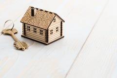 λίγα ξύλινα σπίτι και κλειδί Στοκ Φωτογραφίες