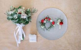 Λίγα περιβάλλουν, η ανθοδέσμη μπουτονιέρων και γάμου φιαγμένη από τριαντάφυλλα Στοκ εικόνες με δικαίωμα ελεύθερης χρήσης