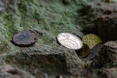 Λίγα σερβικά νομίσματα άφησαν την πέτρα Ð ¾ Ð ½ а στοκ εικόνα με δικαίωμα ελεύθερης χρήσης