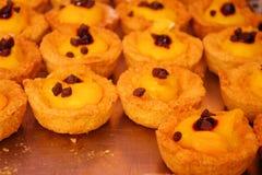 Λίγα φανταχτερά και εύγευστα κέικ που γεμίζουν επάνω με τα τσιπ κρέμας ζύμης και choco Στοκ φωτογραφία με δικαίωμα ελεύθερης χρήσης