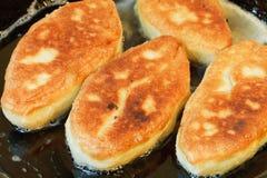 Λίγα patties παν στενό σε επάνω τηγανίσματος Στοκ φωτογραφίες με δικαίωμα ελεύθερης χρήσης