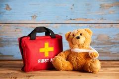 Λίγα teddy αντέχουν με έναν τραυματισμένο βραχίονα Στοκ φωτογραφία με δικαίωμα ελεύθερης χρήσης