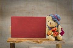 Λίγα teddy αντέχουν με την κόκκινη κάρτα εγγράφου βαλεντίνων Στοκ Φωτογραφία