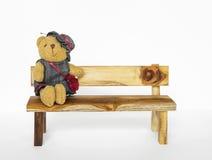 Λίγα teddy αφορούν τον ξύλινο πάγκο Στοκ Εικόνα