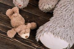 Λίγα teddy αφορούν το ξύλο Στοκ εικόνα με δικαίωμα ελεύθερης χρήσης