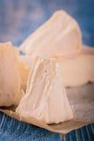 Λίγες μερίδες camembert του τυριού στον μπλε πίνακα Στοκ Εικόνες