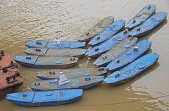 Λίγες μικρές βάρκες στον ποταμό Yangtze σε Chongqing Στοκ εικόνες με δικαίωμα ελεύθερης χρήσης