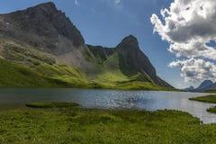 Λίγη λίμνη με τα βουνά στοκ εικόνες