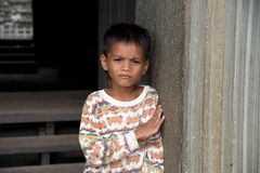 Λίγη ασιατική τοποθέτηση αγοριών στο ναό Angkor Wat Στοκ φωτογραφία με δικαίωμα ελεύθερης χρήσης