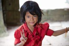 Λίγη ασιατική τοποθέτηση κοριτσιών στο ναό Angkor Wat Στοκ Φωτογραφίες