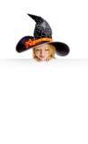 Λίγη αστεία μάγισσα που κρατά ένα σημάδι Στοκ φωτογραφία με δικαίωμα ελεύθερης χρήσης