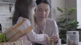 Λίγη αστεία συνεδρίαση κοριτσιών στον πίνακα που μιλά με τη γιαγιά της Η ανώτερη στάση γυναικών κοντά στον πίνακα και διδάσκει φιλμ μικρού μήκους
