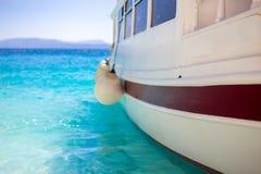 Λίγη βάρκα στον ωκεανό με το μπλε νερό στοκ εικόνες με δικαίωμα ελεύθερης χρήσης