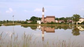 Λίγη εκκλησία που απεικονίζει σε έναν τομέα ρυζιού στην Ιταλία φιλμ μικρού μήκους