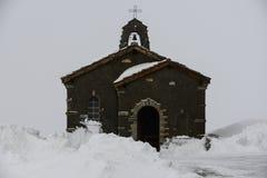 Λίγη εκκλησία στο βουνό χιονιού Στοκ φωτογραφία με δικαίωμα ελεύθερης χρήσης