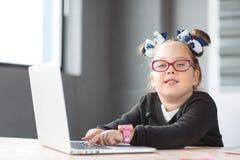 Λίγη επιχειρηματίας που εργάζεται στο lap-top στην αρχή στον εργασιακό χώρο Στοκ εικόνες με δικαίωμα ελεύθερης χρήσης