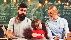 Λίγη ζωγραφική μελέτης παιδιών με τη γυναίκα και τον άνδρα Οικογενειακό χρώμα στις αισθητές μάνδρες σε χαρτί Ο γιος με τη μητέρα  στοκ φωτογραφία με δικαίωμα ελεύθερης χρήσης